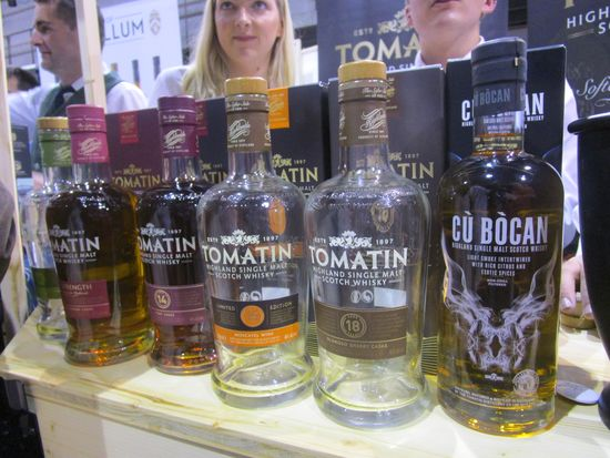 salon_c.e._dugas_2018_tomatin_stand_red